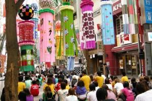 仙台で8月におこなわれる七夕まつりの様子