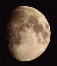 月面ふくらんだ月