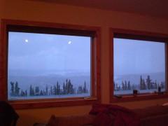 この窓から3晩待ち続けました