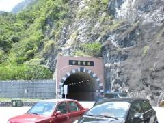 このトンネルをくぐると清水断崖