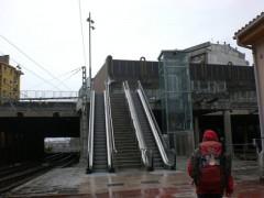 ホームの階段とエスカレーターを上がると通り