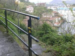 高台のアルベルゲへ黄色い矢印