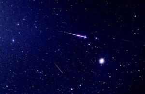 一瞬のうちに輝き、消えていく流星の姿