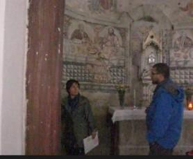 左にある柱が修道院と同じ石