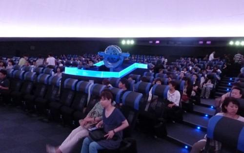 プラネタリウム館の一例:座席がリクライニングになってとてもリラックスできます。 中央の球体が星空を投影するプラネタリウム装置です。