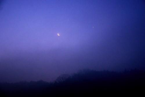 3月28日の午前5時30分に撮影した月と金星の姿です。朝もやの中、幻想的に輝いていました