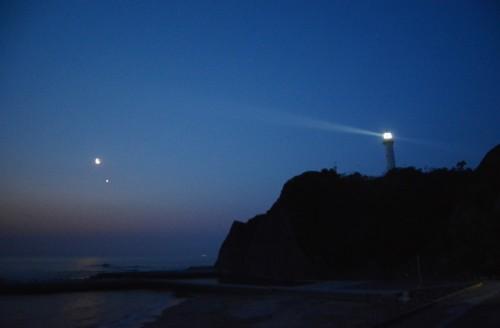 140426塩屋埼灯台と月と金星の接近小画像DSC_3645l