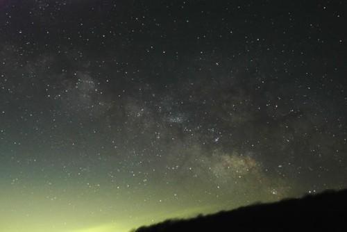 星空の中に一見、雲のように見られる夏の天の川