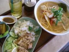 トム・ヤム・麺&揚げ鶏のタイ風ピラフセット 1350円