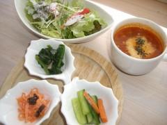 .パスタセットのサラダ・プレートのスープと3種類の小さなお惣菜