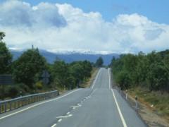 車窓から遠くに見える積雪の山