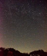 まち明りが少なく、星座がたくさん見られる星空環境の空