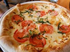 5種類のチーズとフレッシュトマトのピザ