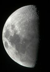 天体望遠鏡を使ってデジタルカメラで撮影すればこの写真のように海の黒い部分やクレータもはっきりと写ります。