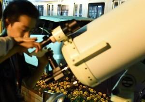 天体望遠鏡の覗き口にコンパクトデジタルカメラやスマートフォンなどのカメラを向けて月面撮影ができます。