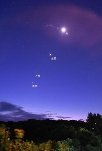 先月10月8日午前4時40分の東天。金星、木星、火星が近くに見られました