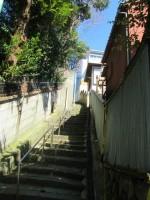 路地から入った急な階段