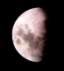 天体望遠鏡にスマートフォンのレンズを向けて撮影した月面
