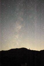 夏の夜空に天の川が見える