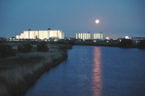 満月が東の空から昇ってくると星空は見えにくくなる
