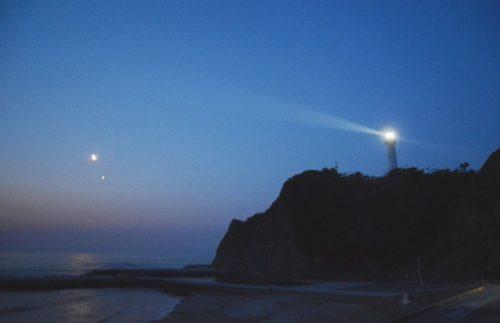 過去に撮影した月と金星の接近の様子 前景に灯台を入れて撮影して心象風景的な雰囲気となりました