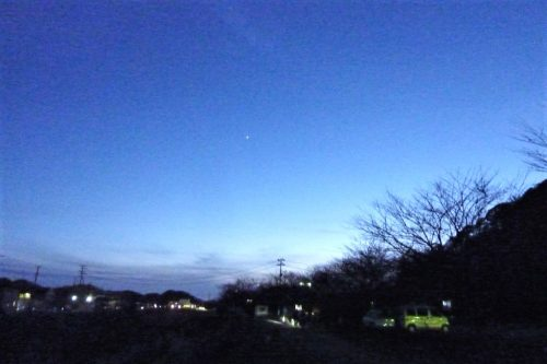 昨年12月に撮影した宵の明星こと金星の姿です。 暮れ色の空に一番星として輝きます