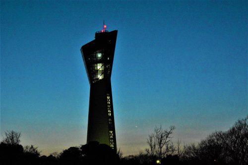 3月17日の夕空に見られた金星、タワーの右下に輝いています(福島県いわき市にて撮影)