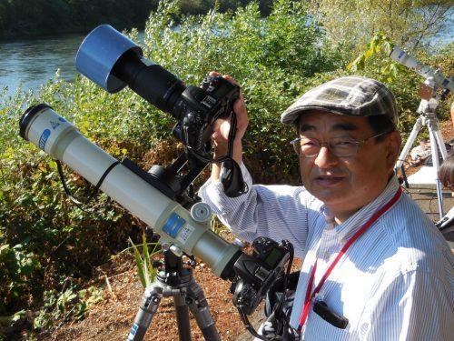 皆既日食の写真を撮影中の筆者