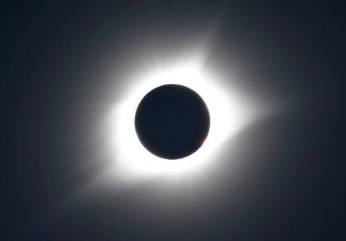 皆既日食(黒い部分が月、白いコロナの様子が見えました)
