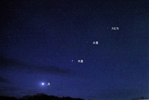 明け方の空に並んだ月、木星、火星、スピカ