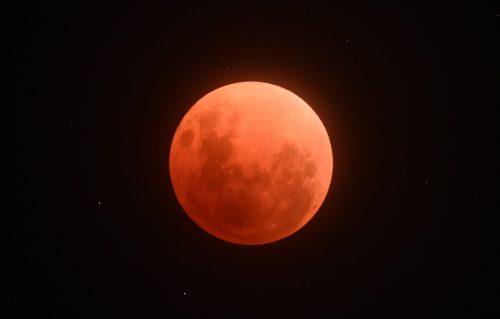 1月31日の皆既月食の様子(福島県いわき市内で撮影)
