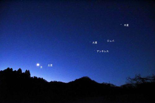 2月12日の夜明け前に見られた月、土星、火星、木星の写真