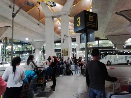 真夜中の空港内のバスターミナル